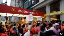 8月29日,快餐店的工人在纽约一家麦当劳前示威,要求提高工资。