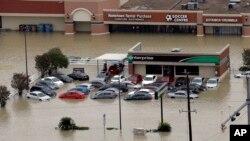 مغازه ها و اتومبیل های سیل زده بعد از توفان هاروی - هیوستون، تگزاس