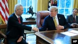 美国总统特朗普在白宫椭圆形办公室会见中国国家副总理刘鹤(2019年4月4日)