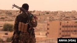 یک جنگجوی کرد سوری در شهر الطبقه سوریه