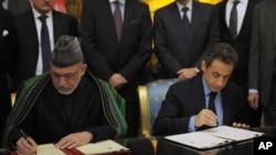 ປະທານທິບໍດີຝຣັ່ງ ທ. Nicolas Sarkozy (ຂວາ) ແລະ ປະທານທິບໍດີອັຟການິສຖານ ທ. Hamid Kazai ເຊັນສັນຍາທາງຍຸດທະສາດນໍາກັນ ໃນວັນສຸກ ທີ 27 ທັນວາ, 2012 ຢູ່ທີ່ນະຄອນປາຣີ