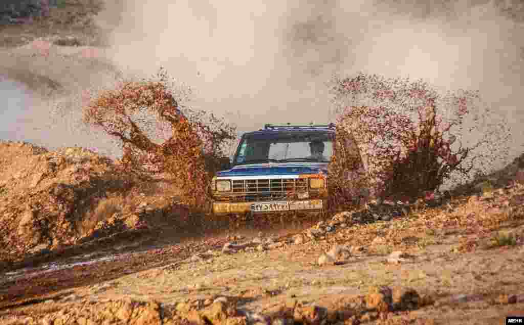 مسابقات آفرود در اسفراین شمال شرق ایران؛ ساعاتی برای هیجان. عرش موتور این خودروها دست کم برای ساعاتی حس رهایی را با هیجان در هم می آمیزد.