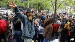 """""""占領華爾街""""人士10月13日在紐約祖科蒂公園里集會"""