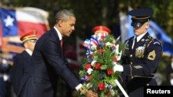 صدر اوباما یادگار پر پھولوں کی چادر چڑھاتے ہوئے