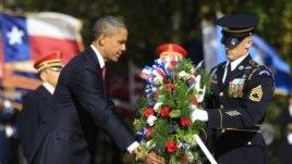 Prezidan ameriken an, Barack Obama, ap depoze yon jèb flè sou tonm Sòlda Enkoni an, nan Simtyè Nasyonal la nan vil Arlington, Eta Virjini, 11 novanm 2011. (Reuters)