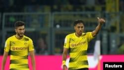 Pierre-Emerick Aubameyang et Nuri Sahin après le deuxième but de leur équipe contre FC Bayern Munich lors de la Supercoupe DFL à Dortmund, Allemagne, 5 août 2017.