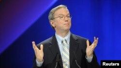 Ông Schmidt là người ủng hộ nhiệt tình Tổng thống Obama, còn công ty của ông công khai kêu gọi tự do Internet.