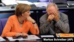 Almanya Başbakanı Angela Merkel, parlamentoda yan yana oturduğu Maliye Bakanı Wolfgang Schaeuble'yle birlikte