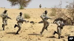 Entrainement de soldats maliens aux côtés des forces spéciales américaines près de Tombouctou, dans le cadre de l'Initiative pan-sahélienne américaine.