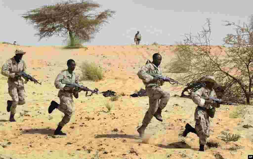 Dans cette photo d'archives du 18 mars 2004, des soldats maliens s'entrainent aux côtés des forces spéciales américaines près de Tombouctou, dans le cadre de l'Initiative pan-sahélienne américaine