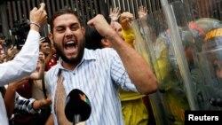 El diputado opositor Juan Requesens participa en una protesta en las afueras del Tribunal Supremo de Justicia, luego de ser agredido por una turba de chavistas.