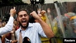 Juan Requesens, député de la coalition vénézuélienne des partis d'opposition (MUD), fait face aux gardes nationaux lors d'une manifestation devant la Cour suprême à Caracas, Venezuela, le 30 mars 2017.
