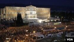 Warga Yunani melakukan protes langkah-langkah penghematan di depan gedung parlemen Yunani di Athena (16/6).