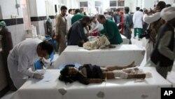 Seorang anak Afghanistan dirawat di rumah sakit setelah mengalami luka-luka akibat bom pinggir jalan di distrik Obi, provinsi Herat, Selasa (9/7).