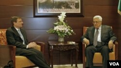 Utusan khusus AS untuk Timur Tengah, David Hale (kiri) bertemu Presiden Palestina Mahmoud Abbas di Ramallah (7/9), untuk mencegah niat Palestina meminta pengakuan PBB dalam Sidang Umum PBB bulan ini.