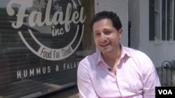 Ahmad Ashkar, pemilik restoran Falafel Inc., duduk di luar restorannya di kawasan Georgetown, di Washington DC. (J.Soh/VOA)