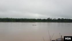 FILE - A fishermen collect their fishing net in Mekong River near Chiang Khan district, Thailand, July 24, 2016. (Neou Vannarin/VOA Khmer)