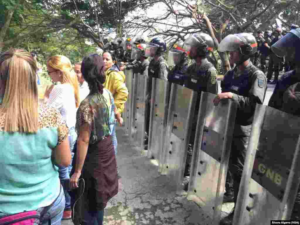 Militares no permiten el ingreso al entierro de familiares de víctimas de masacre de El Junquito en Caracas, Venezuela el 20 de enero de 2018