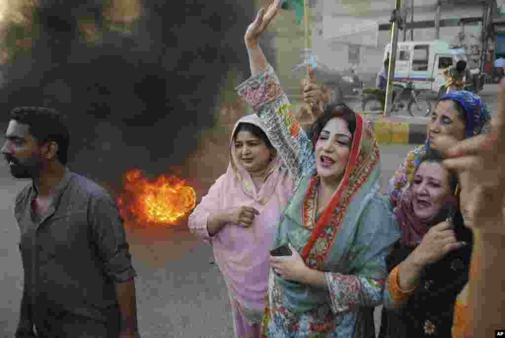 گروهی از حامیان آصف علی زرداری نخست وزیر سابق پاکستان و همسر بی نظیر بوتو، در حمایت او به خیابان های حیدرآباد آمدند. آقای زرداری به جرم فساد مالی و پولشویی بازداشت شده است.