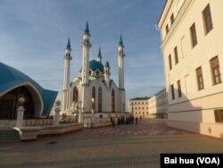 土耳其与俄罗斯伊斯兰社区关系密切。鞑靼斯坦共和国首府喀山市中心的清真寺。(美国之音白桦拍摄)
