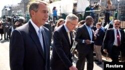 Ketua DPR AS John Boehner (kiri) dan Ketua Mayoritas Senat AS, Harry Reid berjalan bersama usai pertemuan dengan Presiden Barack Obama di Gedung Putih, Rabu (2/10).