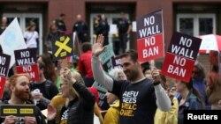Người dân phản đối lệnh cấm di trú của Tổng thống Trump bên ngoài toà phúc thẩm ở Seattle, Washington, 15/5/2017.