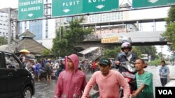 Heavy flooding has made roads impassable in Jakarta, Indonesia, Feb. 10, 2015. (A. Lala/VOA)
