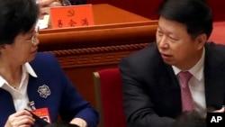 中共中央对外联络部部长宋涛(右)在北京召开的中共十九大开幕式上与一名与会者说话。(2017年10月18日)