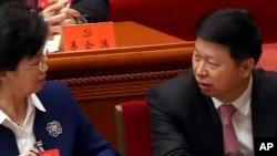 Song Tao (kanan), kepala Departemen Hubungan Internasional Partai Komunis China yang berkuasa, berbicara dengan sesama peserta sebelum dimulainya sesi pembukaan Kongres ke-19 Partai China di Beijing, 18 Oktober 2017 (Foto: dok).