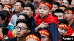 Người hâm mộ xem trận chung kết giữa Việt Nam và Uzbekistan hôm 27/1 ở Hà Nội.