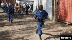 Polisi di sebuah jalan di Bujumbura, Burundi (15/5).