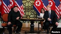 သမၼတ Donald Trump နဲ႔ ေျမာက္ကိုရီးယားေခါင္းေဆာင္ Kim Jong Un (ေဖေဖာ္ဝါရီ၊ ၂၈၊ ၂၀၁၉)
