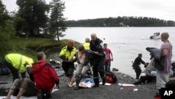 우토야섬 테러의 생존자가 구조되고 있다.