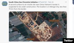 South China Sea Chronicle Initiative menuduh gambar China sedang membangun situs rudal permukaan-ke-udara di Mengzi, provinsi Yunnan, lokasinya sekitar 70 km dari perbatasan China-Vietnam. (Foto: South China Sea Chronicle Initiative/Twitter)