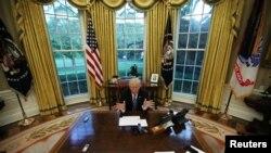 Tổng Thống Trump tại Phòng Bầu Dục, Tòa Bạch Ốc.