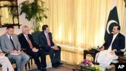 وزیر اعظم یوسف رضا گیلانی خصوصی امریکی ایلچی برائے پاکستان اور افغانستان مارک گراس مین کے ساتھ۔ فائل