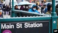Warga kota New York mengenakan masker untuk mencegah penularan virus corona (6/3).