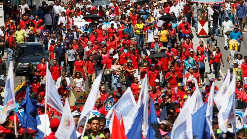 En esta foto de archivo, partidarios del presidente Nicolás Maduro participan en concentración frente al Palacio presidencial de Miraflores el 30 de mayo de 2017.
