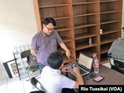 Head of Education Kolla Prayudi Oetomo (berdiri) mengajar dan melayani pertanyaan dari peserta, Bandung, 17 Juli 2019. (Foto: Rio Tuasikal/VOA)