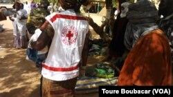 Des secouristes sont sur place pour venir en aide aux blessers après un attentat-suicide à Gao, au Mali, le 18 janvier 2017. (VOA/Toure Boubacar)