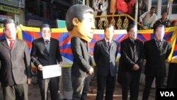 Warga Tibet di pengasingan melakukan unjuk rasa dengan mengenakan topeng para pemimpin Tiongkok, menuntut mereka menyelesaikan krisis politik di Tibet (foto: dok).