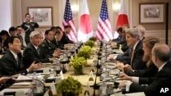 2015年4月27日,日本外相岸田文雄(左)、防衛相中谷元(左二)和美國國務卿克里(右三)、國防部長卡特(照片中見不到)等外交和防務官員在紐約會晤。