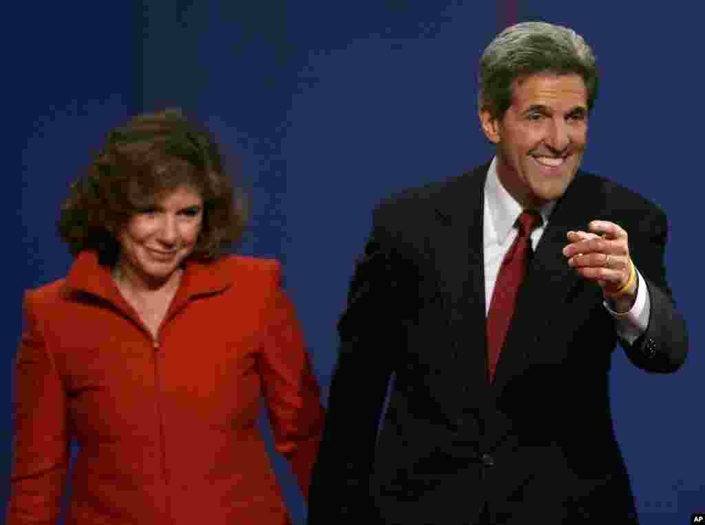 Năm 2004, ứng cử viên tổng thống Kerry, có phu nhân đi bên cạnh, chào hỏi cử tọa bên dưới, sau khi tranh luận tại Tempe, Arizona. 13/10/ 2004.