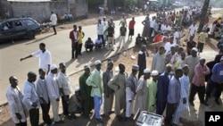 Les Guinéens attendant de voter dimanche