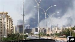 7月13日的美聯社視頻截圖顯示利比亞首都機場一帶升起濃煙