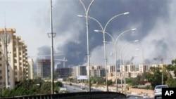 Photo d'archives : Des colonnes de fumée s'élevant de plusieurs sites sur la route de l'aéroport international de Tripoli, en Libye, au cours des combats violents entre milices rivales