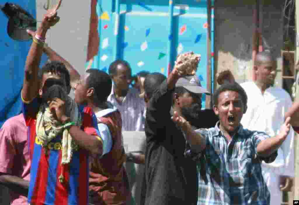 Vijana karibu na Mskiti wa Musa Mombasa wakilalamika dhidi ya uvamizi wa polisi