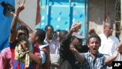 Vijana karibu na Msikiti wa Musa Mombasa wakilalamika dhidi ya uvamizi wa polisi.