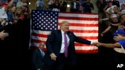 도널드 트럼프 공화당 대통령 후보가 30일 워싱턴주 에버렛 유세 현장에 도착하면서 청중과 악수하고있다.