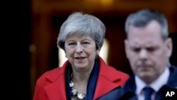 英国首相特蕾莎-梅离开唐宁街10号(资料图,2019年2月26日)